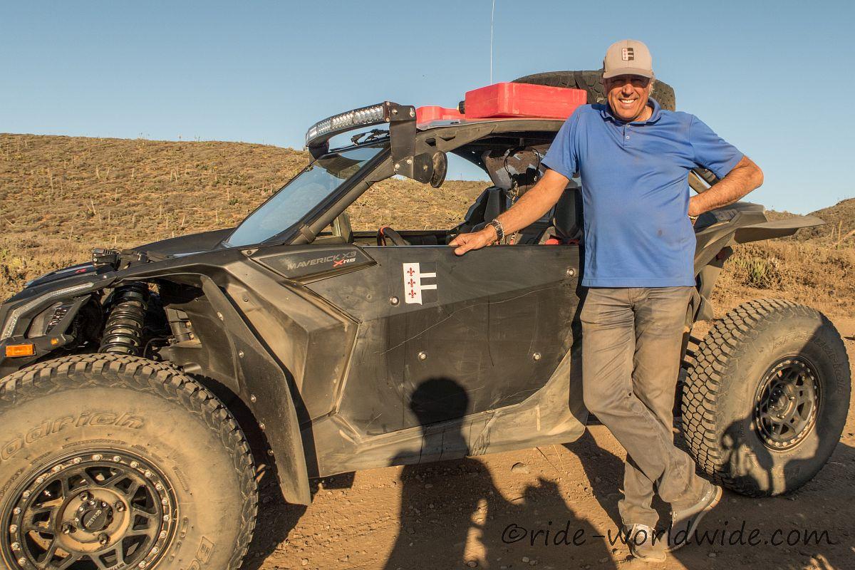 Alvaro stoppt mit seinem off-road Gefährt für eine kurze Unterhaltung und kaltes Wasser