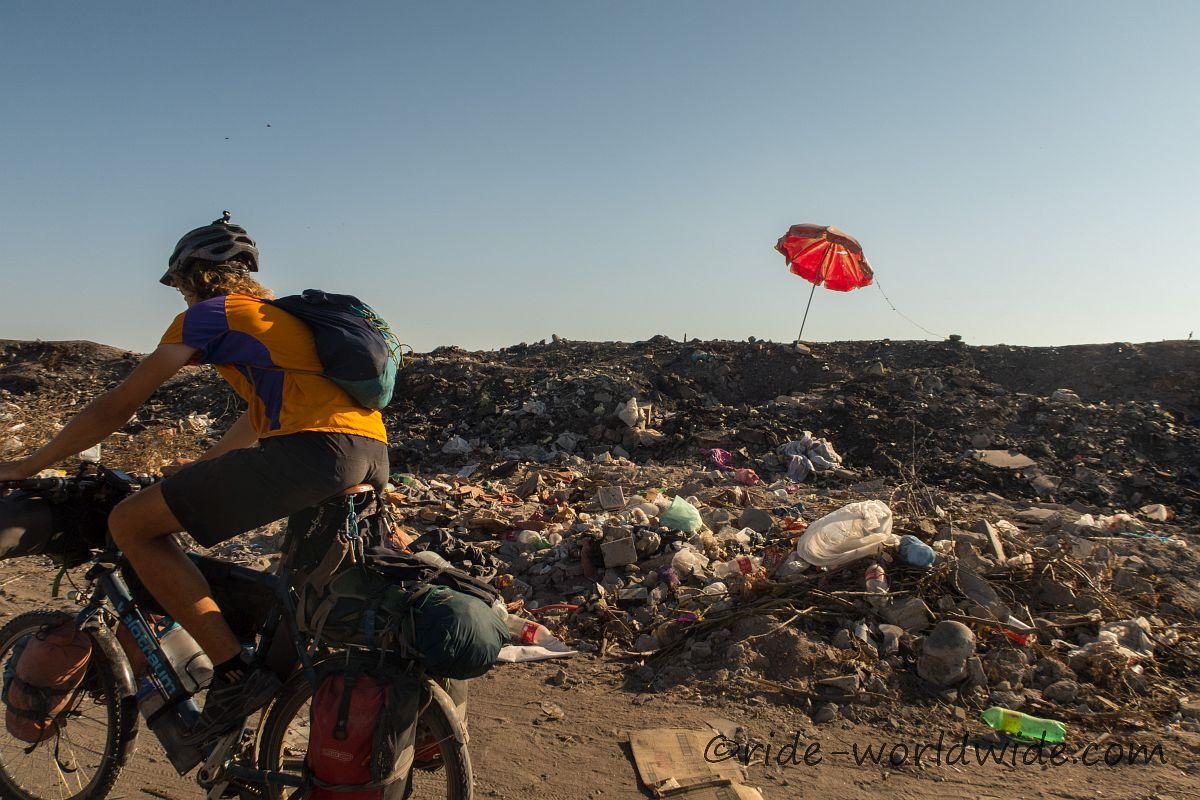 Radeln über die Müllhalde von Ciudad de Constitution...