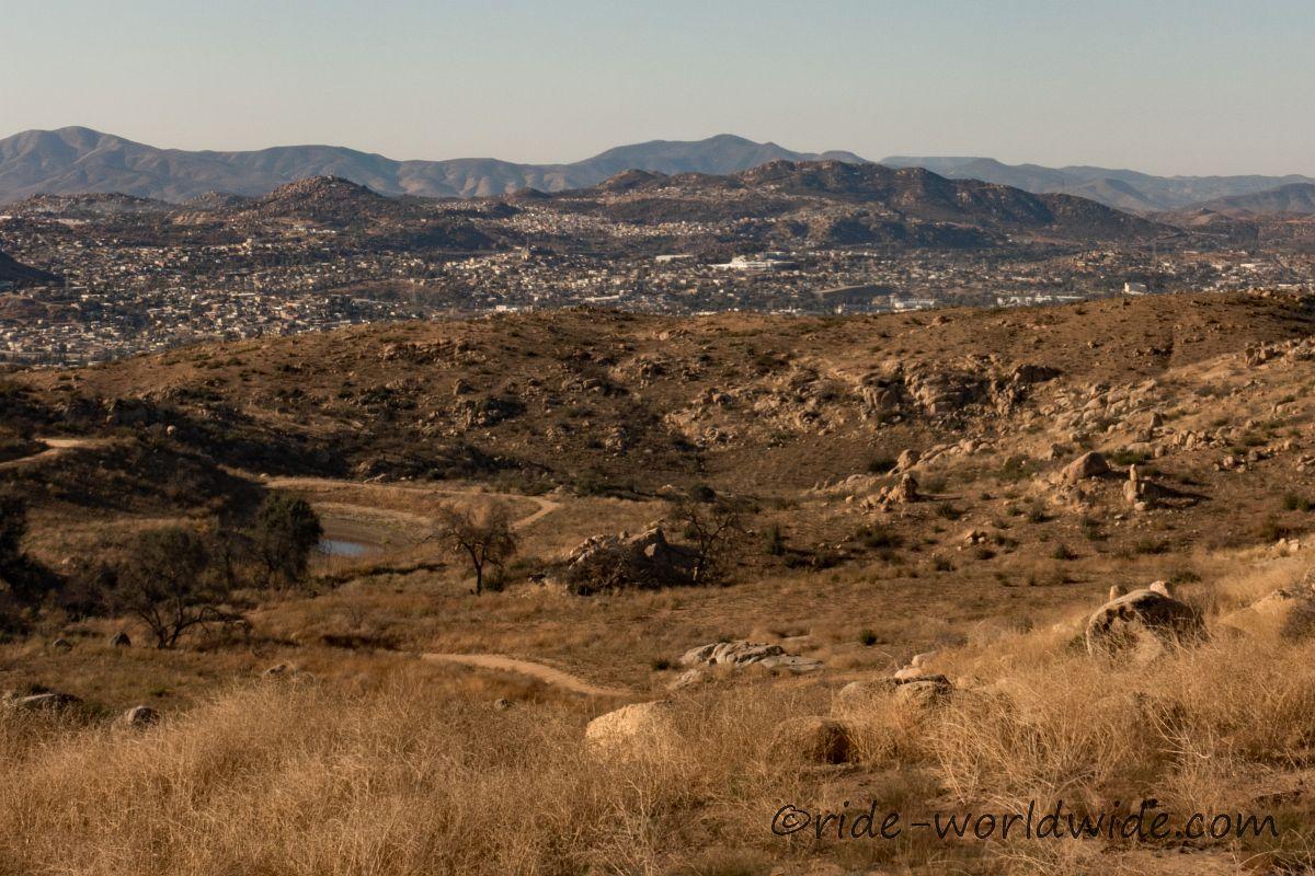 Tecate Mexiko. Hinter der Grenze