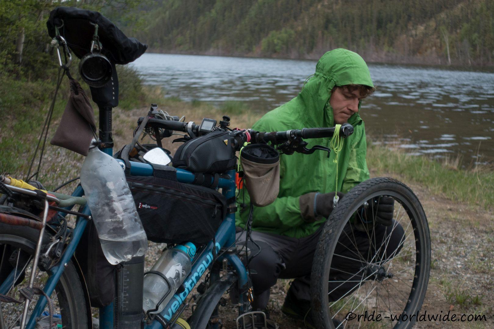23.398 km wieder ein schleichender Platten, durch einen Draht, am Vorderrad