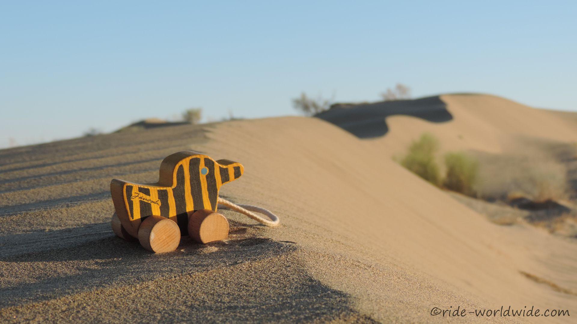 Auch die Tigerente hat Schwierigkeiten im Sand vorwärts zu kommen