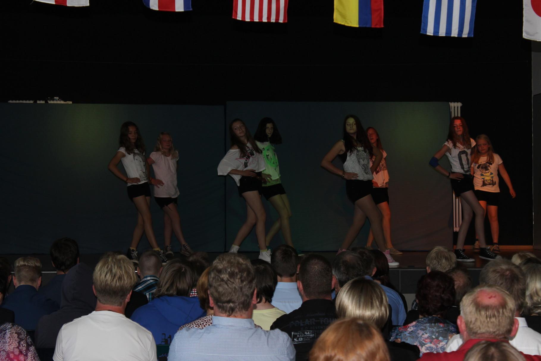Mädchen aus Klasse 8 zeigen einen Tanz