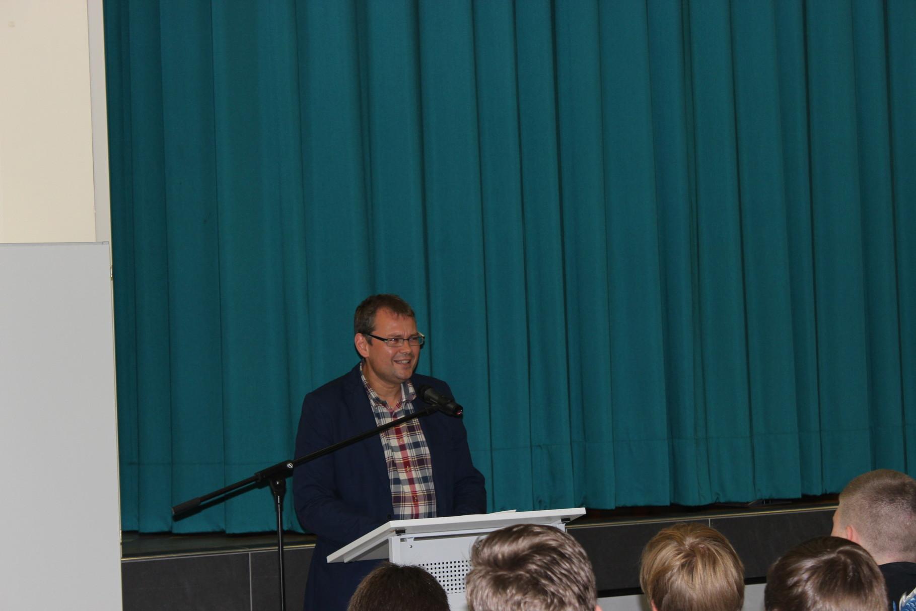Schulleiter Jan Heinemann in seiner Begrüßungsrede