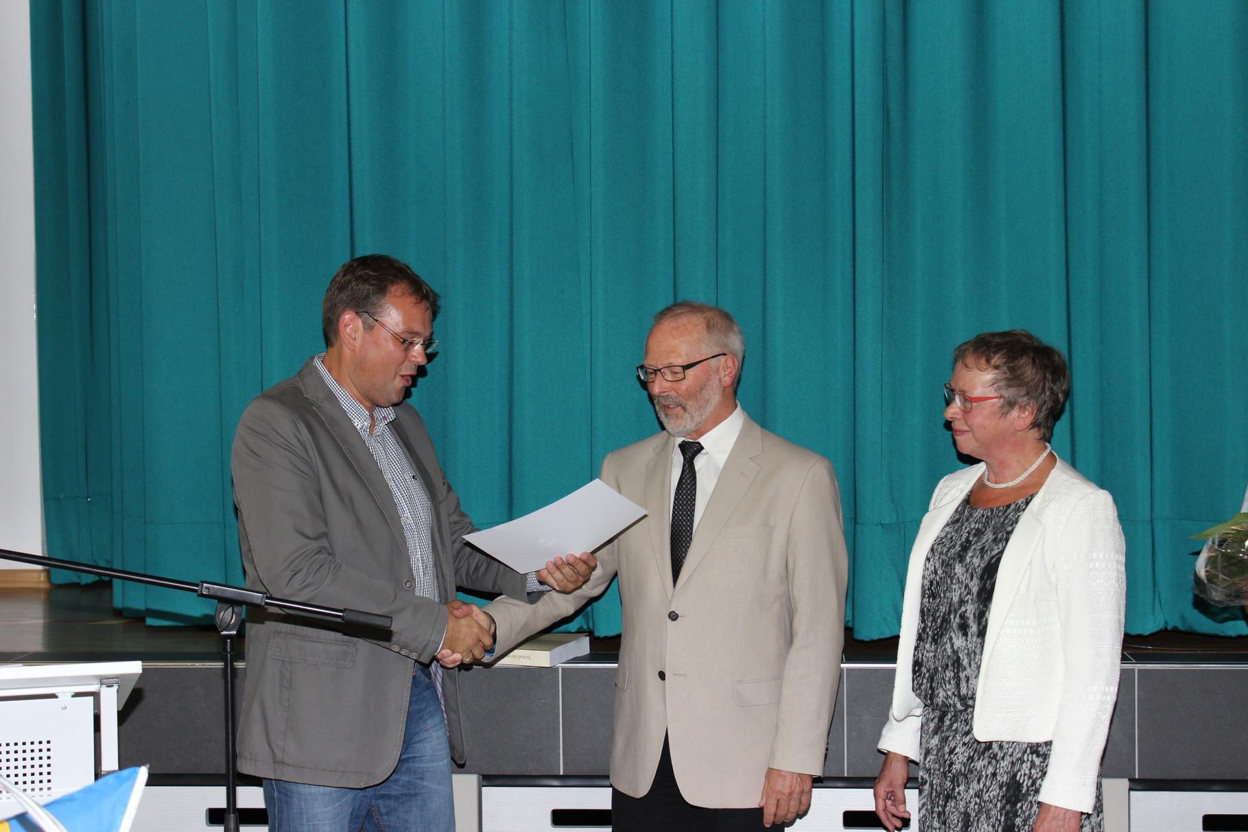 ...und versetzt Lothar Schöneberg mit Wirkung vom 31.07.2014 in den Ruhestand.