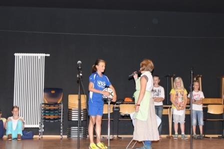 Schülerinnen und Schüler der Plattdeutsch AG führen Lieder und Sketche vor.