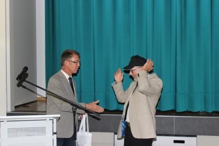...Reisegepäck und Kopfschutz von den politischen Vertretern der Gemeinde Lorup...
