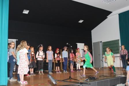 Der Grundschulchor trägt Lieder vor.