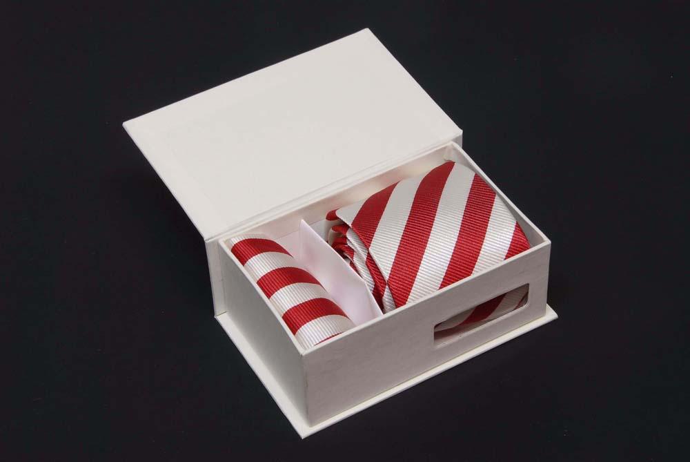 Estuche regalo, compuesto de una corbata a su gusto ,panuelo y estuche.