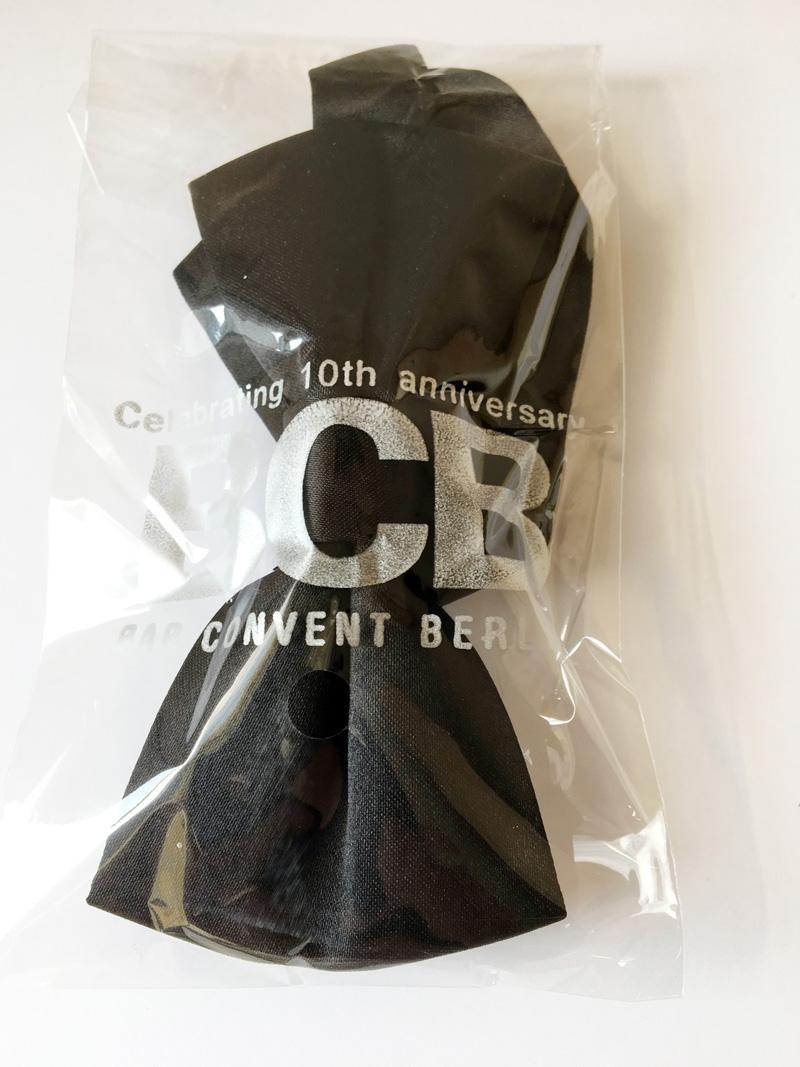 Pajarita negra, satín poliéster embolsada con logotipo del cliente en bolsa