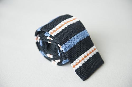 Corbata de punto azul listados clasicos en seda