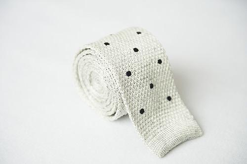 Corbata de punto blanca con topos bordados en negro en seda