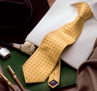 Corbata amarilla con topos