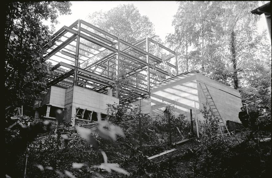 Maison Schalit, 1965-1967.« Des journées entières dans les arbres », le socle en béton, la charpente métallique.© Bernard Boyer