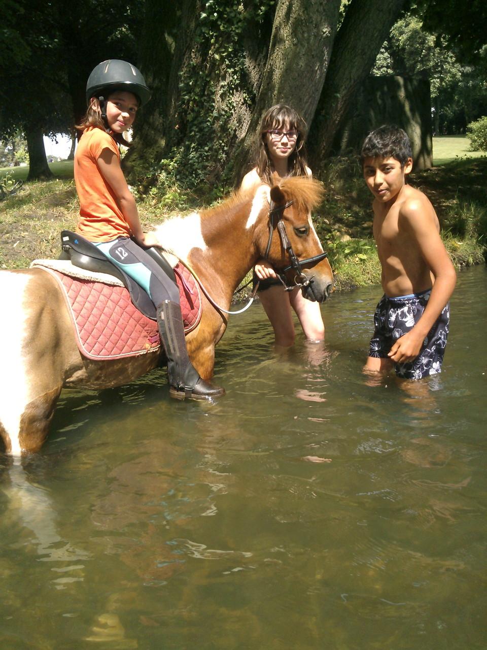 Clara et Kacahuète à la rivière