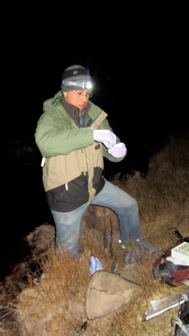 Dr. Carlos Flores tomando muestras en La Grulla, Sierra San Pedro Mártir