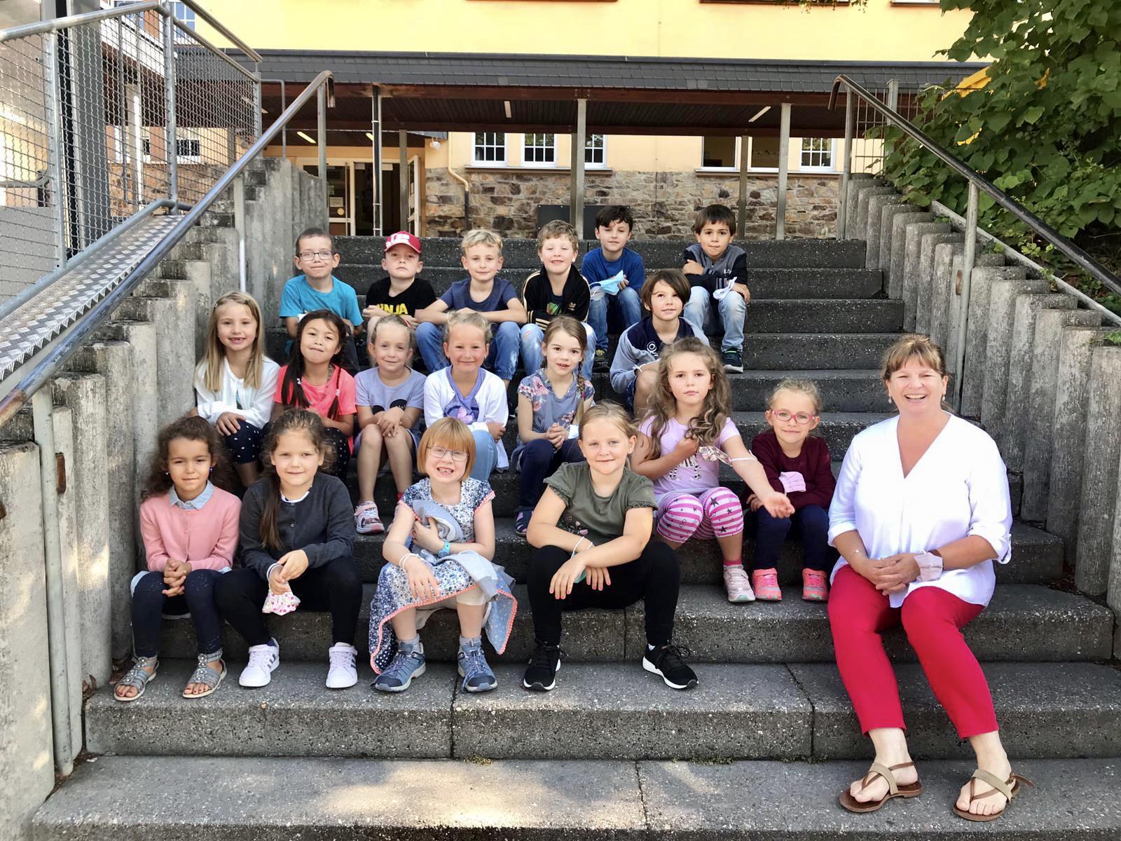 Klasse 1c mit Klassenlehrerin Frau Bechtold
