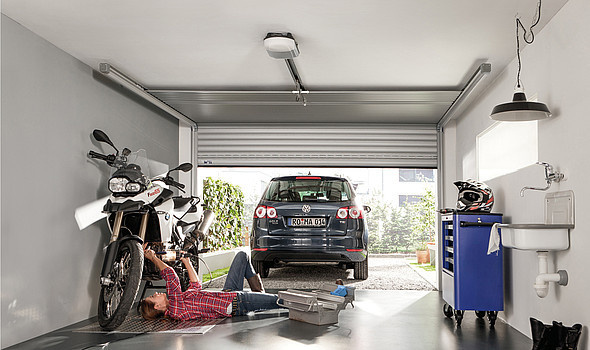 Roma Silento; Dank einer speziellen Gleittechnik bewegen sich auch große SILENTO-Tore sehr leise. Der Antriebsmotor kann, je nach Torgröße, ebenfalls per Solar betrieben werden.