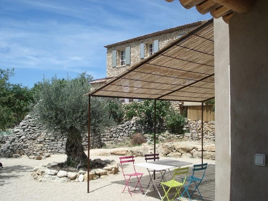 La terrasse du gîte et son olivier