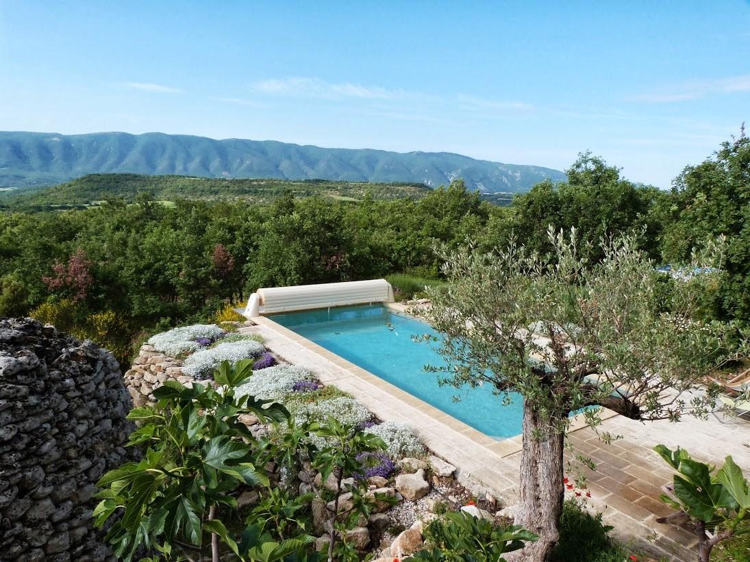 La piscine et sa vue panoramique sur les massifs du Luberon