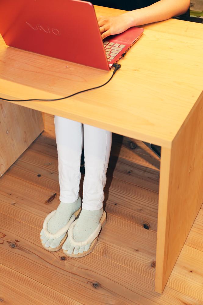 座りっぱなしでのオフィスで履くGETALS(ゲタル)は血流効果などで、仕事の効率あげます