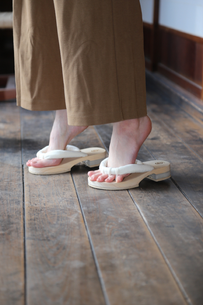 GETALS(ゲタル)でかかと上げ下げ運動をすることで、普段使っていない筋肉を鍛え、健康に一歩近づくルーム下駄です。快適な室内履きの五本指下駄(履物)は、ルームゲタルです。足指の刺激が気持ちいい下駄です。浮指対策に効果的な下駄です。