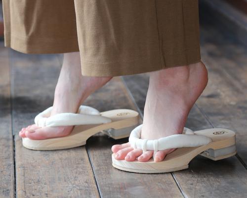 五本指下駄のGETALS(ゲタル)は、足指を刺激して、血流をよくします。おうち時間を利用して、ご自宅で履くことで、簡単に健康を手に入れることができます。足指を開放した毎日の運動は、健やかな生活を呼び寄せます。浮指対策に効果的です。