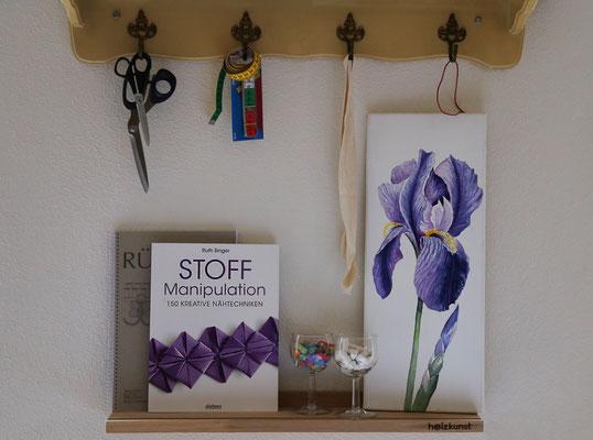 Regal mit Scheren, Büchern und Bild
