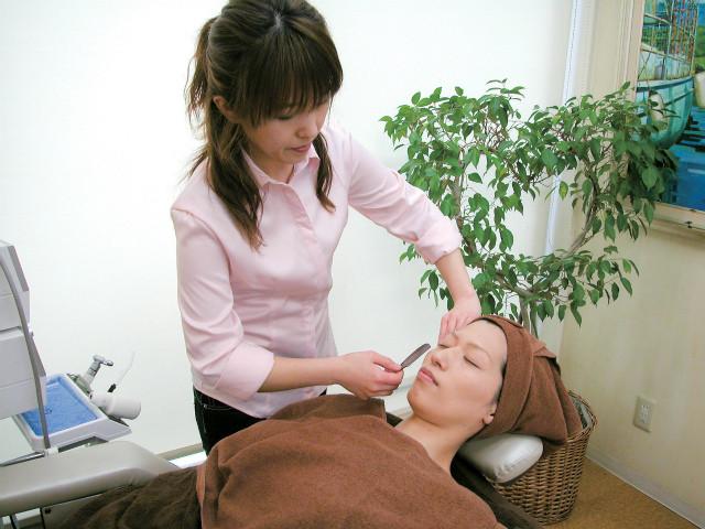 ブライダルシェービング。産毛の処理をしながら、古い角質を一緒に除去します。