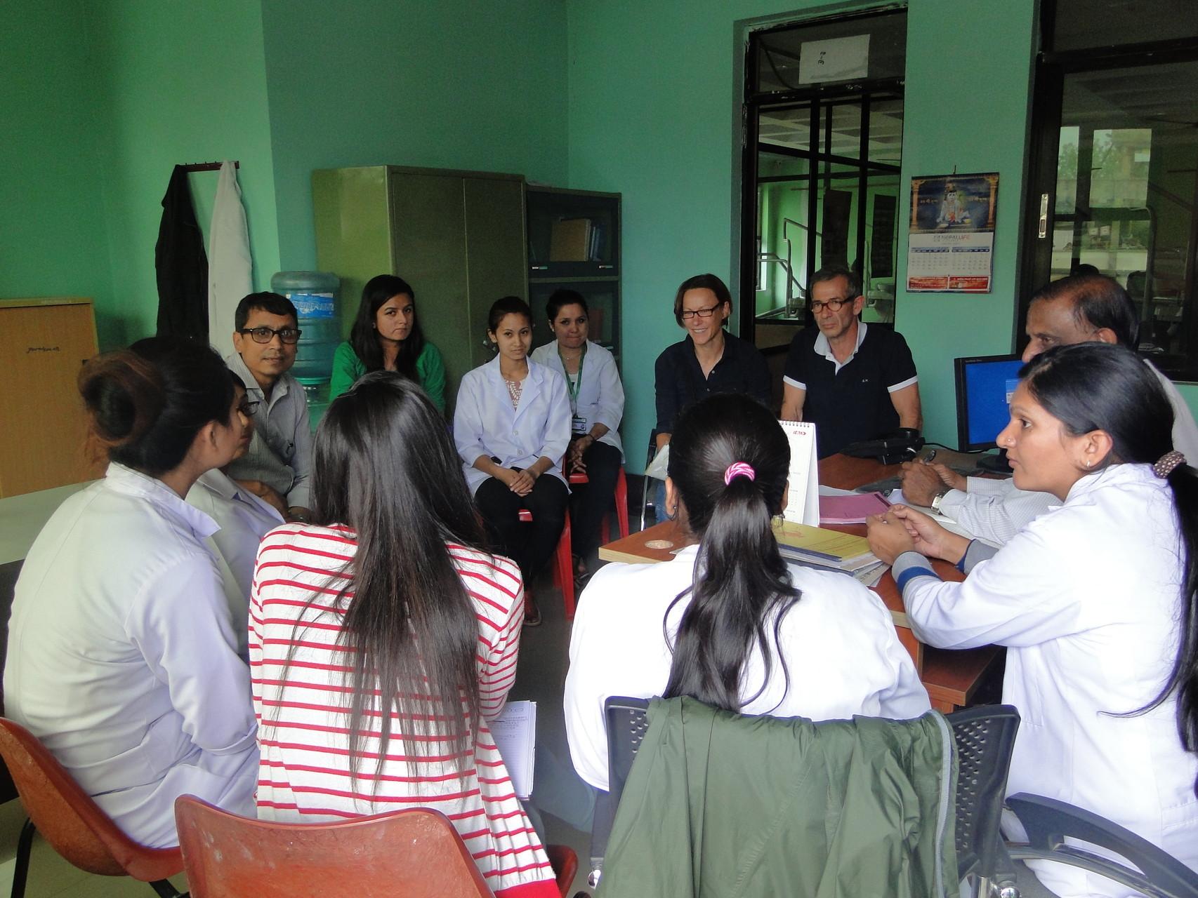 """Einsatzbesprechung in Kathmandu (Sept. 2015) mit Mitgliedern unserer Partnerorganisation in Nepal """"Eco-Himal"""""""