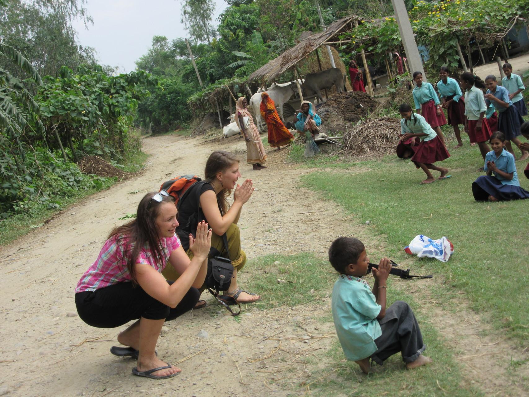 Begrüßung der Schulkinder und ein Tanz als Dankeschön für unseren Einsatz