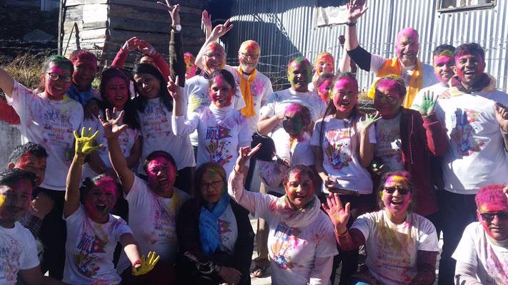 "Teilnahme des Teams an den Festivitäten des ""Holi-Festes"" in Nepal"