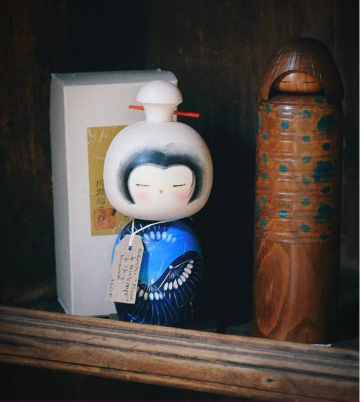 kokeshi, n°1 kokeshi Vintage, Vintage Japan, Kokeshi Doll, Kimono, kimono Japonais, Masques Noh, Masques Nô, Kanzashi Ancien, Plaques Emaillées Japonaises, Kokeshi Vintage, Kokeshi Ancienne, Vase S'assuma, Porcelaine Kutani