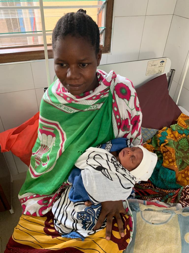 Die ersten Mütter mit Babies in der Kinderklinik.