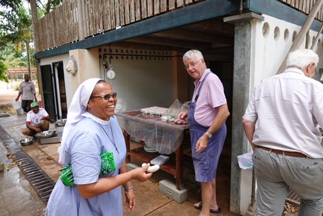 Sister Anna freut sich über eine frische Weißwurst von Metzgermeister Robert Firsching, der mit seiner Frau Wiltrud ebenfalls in Kilimahewa war und wurschtete was das Zeug hält.