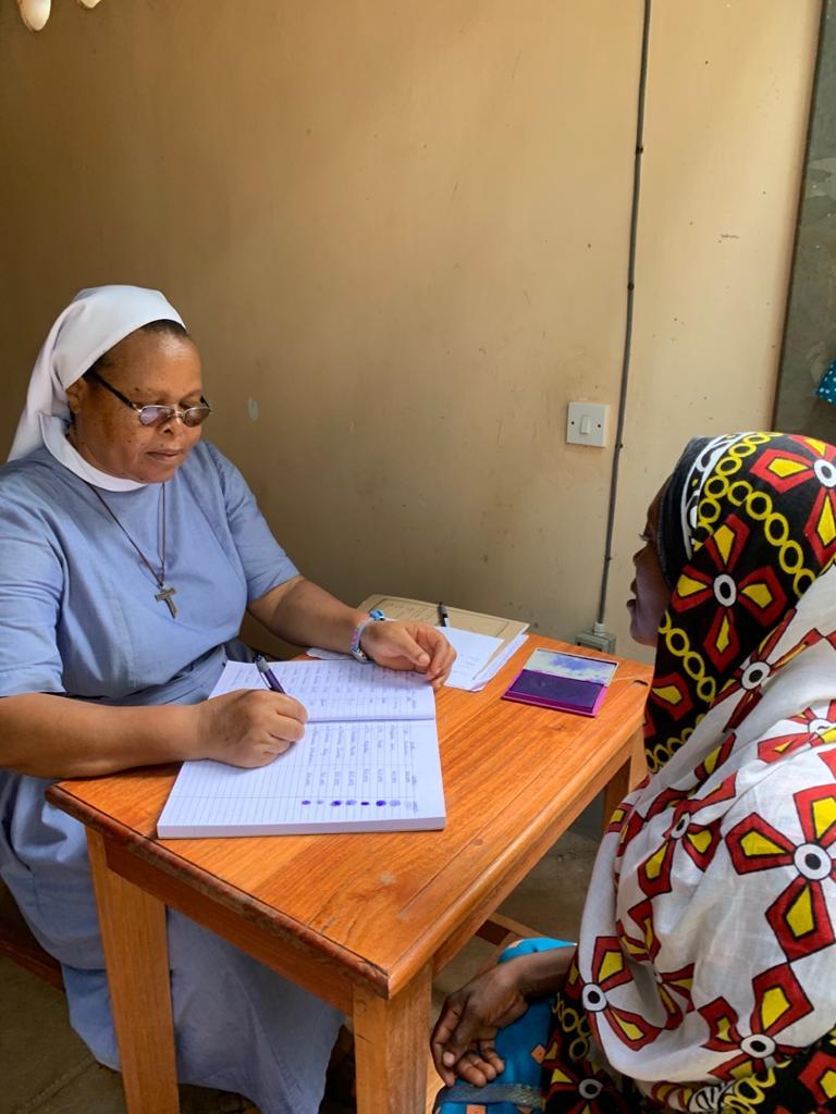 Die Frauen aus den ärmsten Familien stehen Schlange für die neue Familienbeihilfe. Schwester Anna registriert alle mit Fingerabdruck.