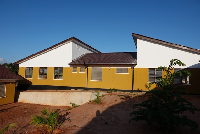 Zur Schule gehört das große Internat für Jungen und Mädchen.