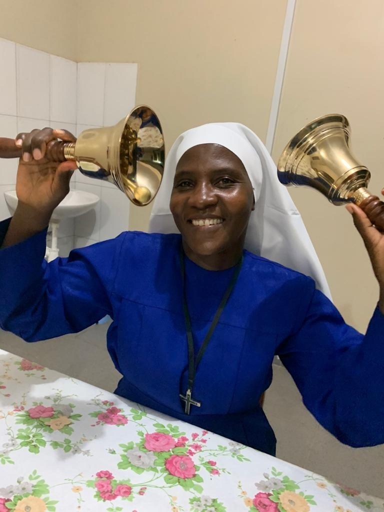 Mit jetzt schon 90 Kindern muss sich unsere Schuldirektorin Schwester Rita ja irgendwie Gehör verschaffen. Wir haben ihr zwei Messingtischglocken geschickt, die es in Tansania nicht gab.