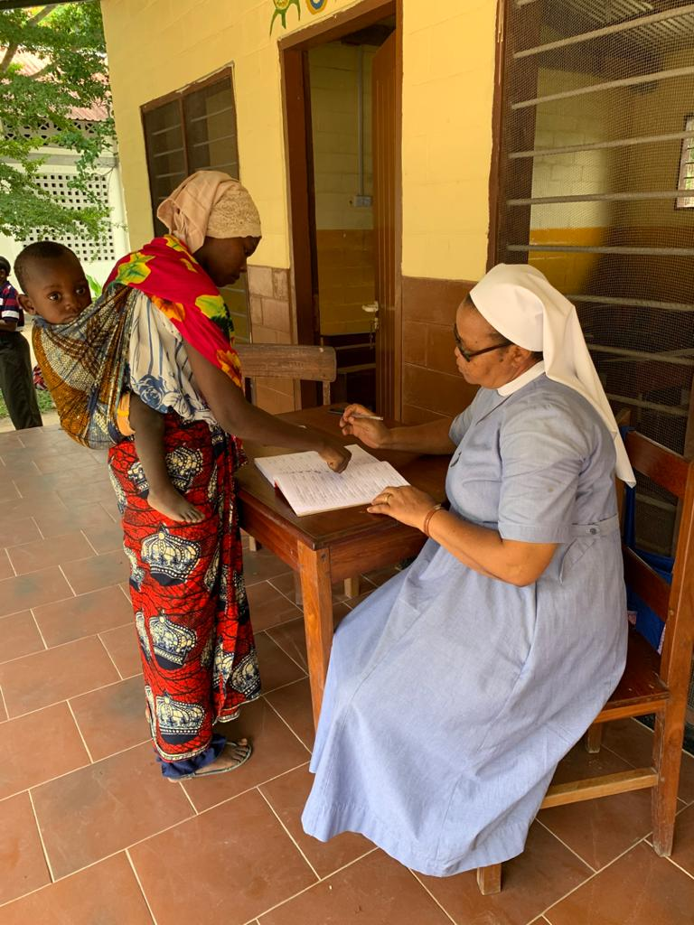 Sister Anna registriert die Frauen der Familienbeihilfe mit Fingerabdruck statt Unterschrift.
