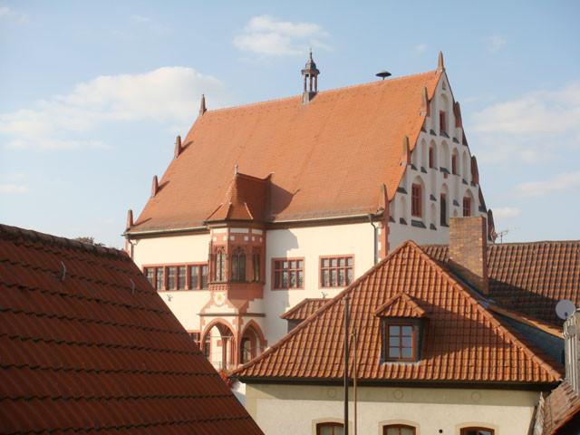 ... mit Blick auf das Rathaus