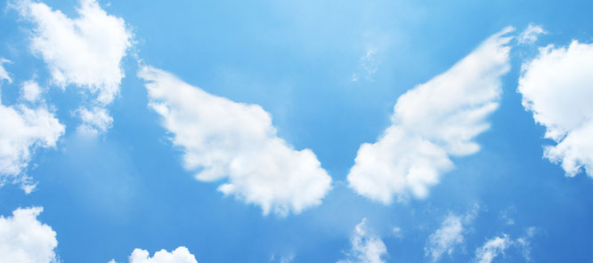 Wolken die geformt sind wie Flügel im strahlend blauen Himmel