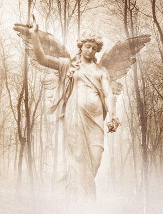 Grabengel der die rechte Hand hochhält und in den Himmel zeigt, umringt von Bäumen