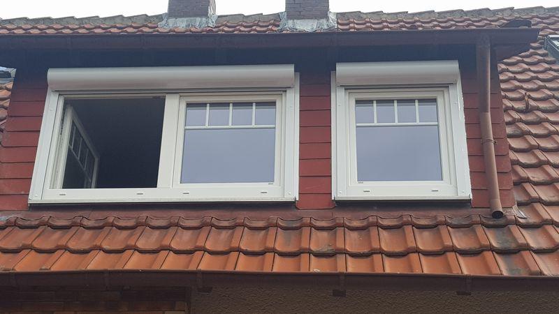 Kunststoff-Fenster mit Sprossen und Vorsatzrollläden