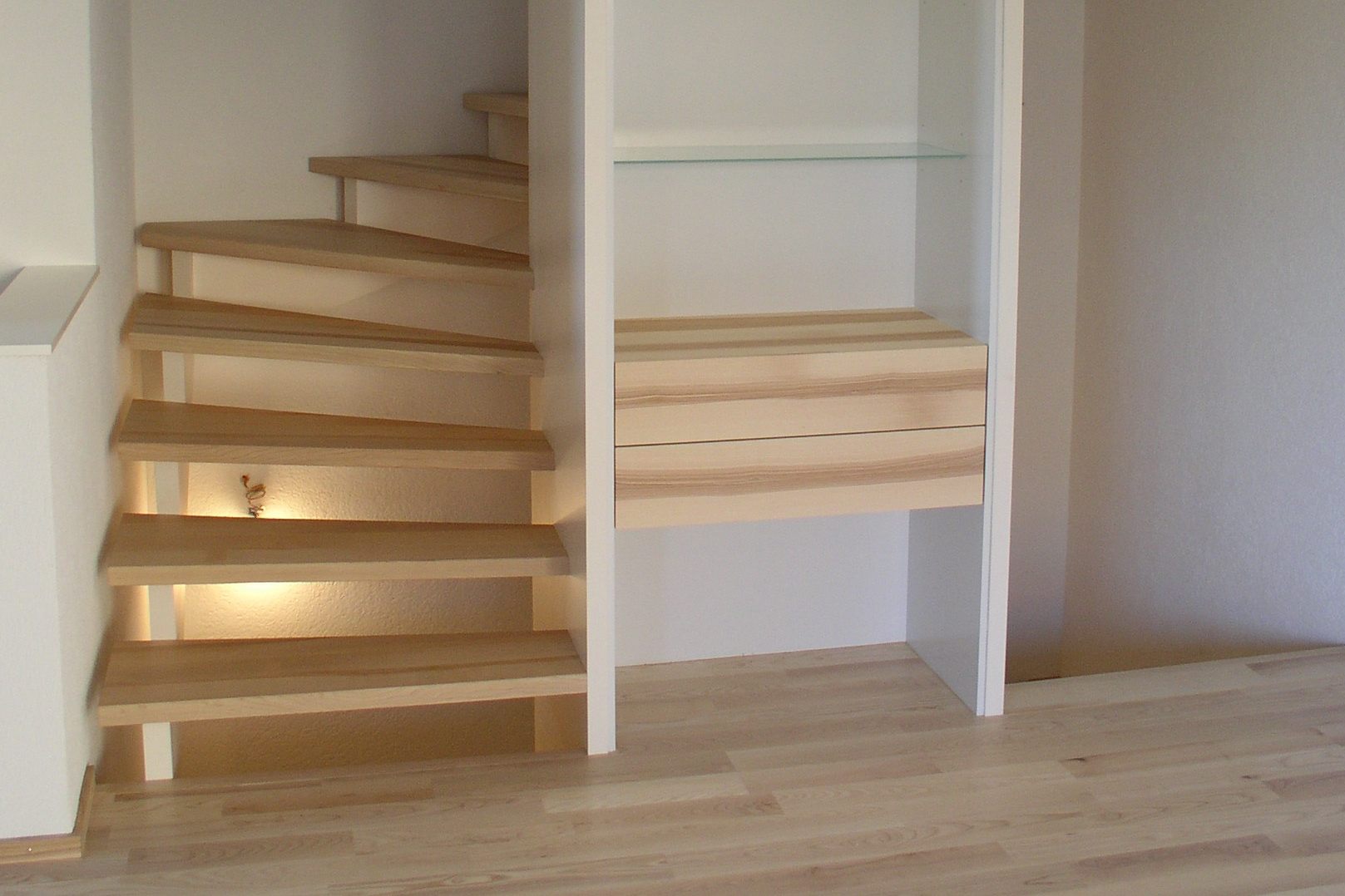Wendel-Treppe um Garderobenmöbel