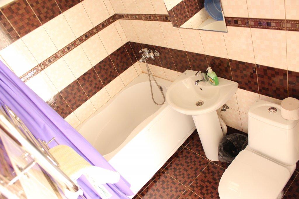 Санузел улучшенного номера мини-гостиницы Аида