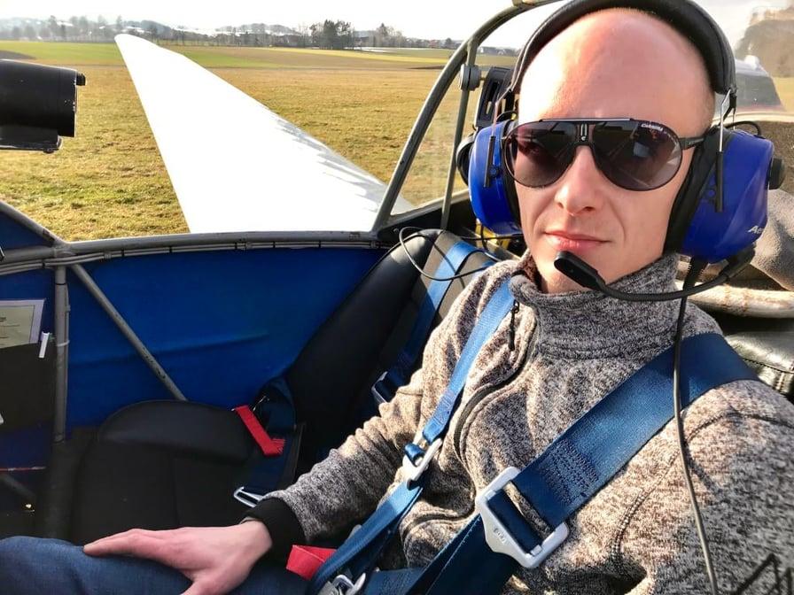 Flugschüler Tim Uebe wartet darauf, dass der Fluglehrer einsteigt.