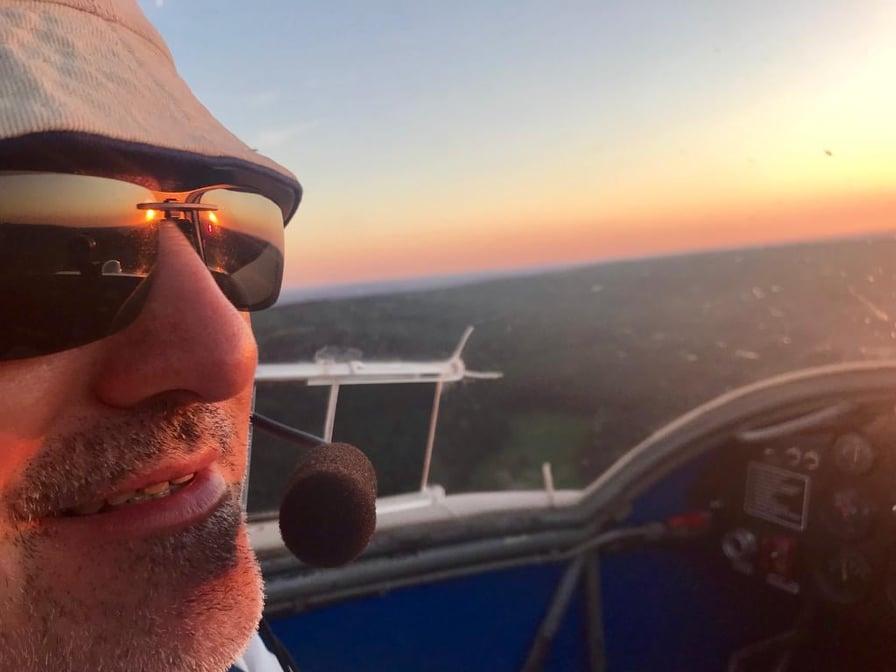 Flugschüler Georg Besold und Fluglehrer/Ausbildungsleiter Markus Klemm genießen den Sonnenuntergang in der D-KDFE.