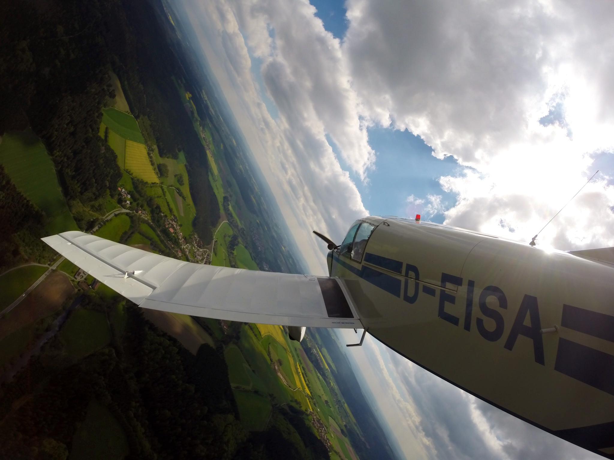 Jodel D140 im Kurvenflug