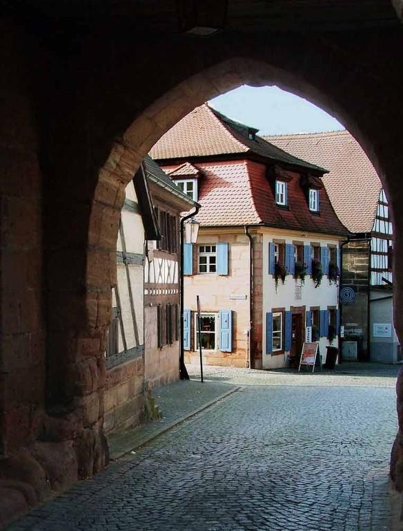 Blick auf die Historische Stadt Cadolzburg dur dem Tor des Stadtturm