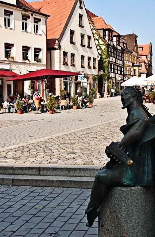 Grüner Markt mit Brunenskulptur