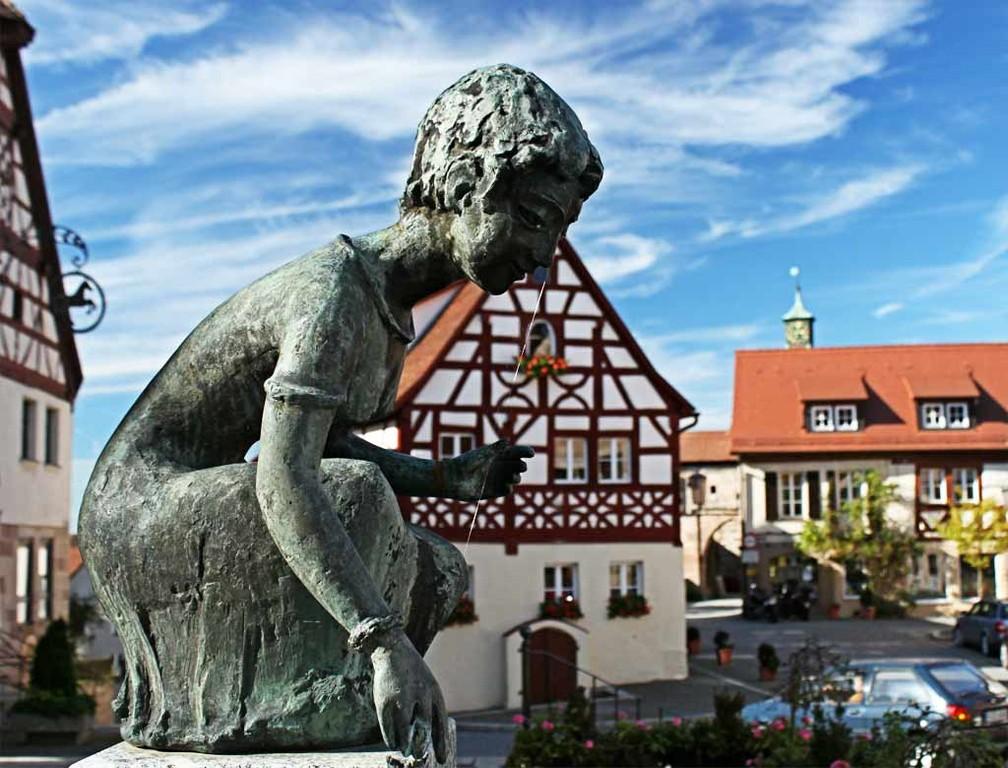 Brestlibrunnenskulptur, (Beerenbrunnenskulptur) am Marktplatz